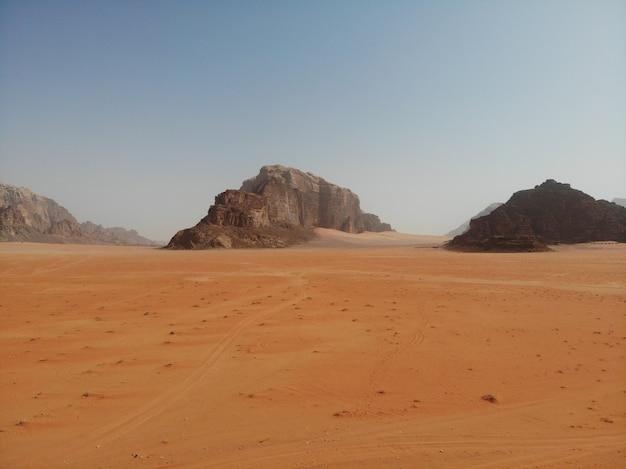 Desierto rojo salvaje wadi rum, árabe jordania. dunas de arena y montaña. vista perfecta
