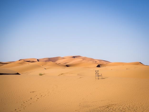 Desierto del sahara bajo la luz del sol y un cielo azul en marruecos en áfrica