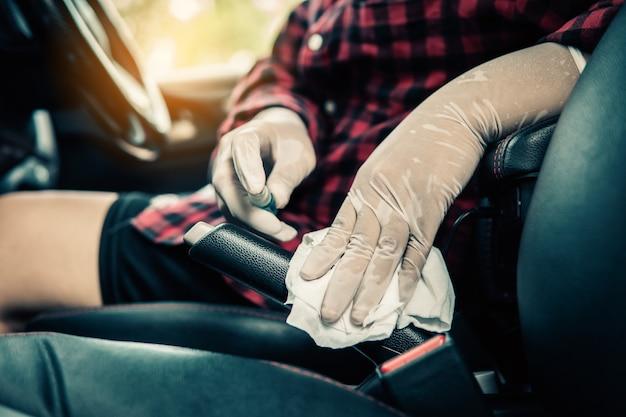 Desinfección de automóviles, enfermedad de coronavirus covid-19 2019, asistencia sanitaria en vehículo.