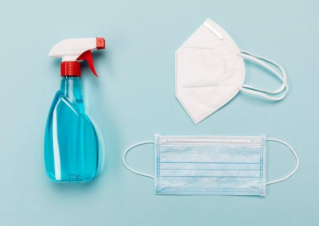 Desinfectante y mascarillas médicas de vista superior