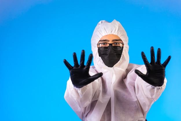 Desinfectante en uniforme preventivo especial y máscaras para evitar virus.