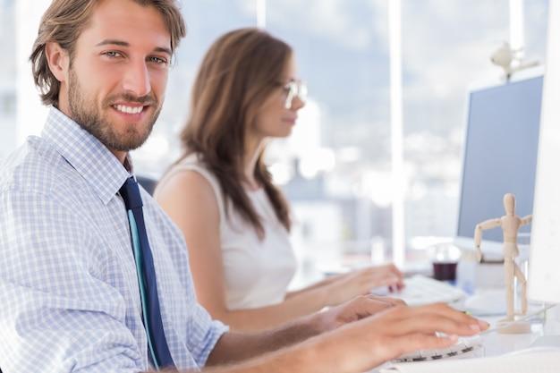 Desingers trabajando en su escritorio