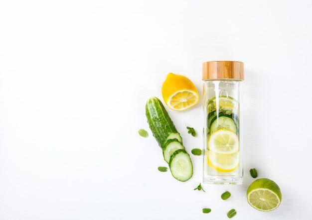 Desintoxicación agua infundida con limón. bebida refrescante de verano.