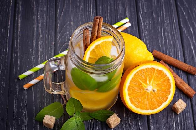 Desintoxicación de agua con naranja, menta y canela en tarro.