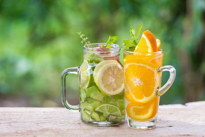 Desintoxicación de agua con kiwi, limón y manzana roja