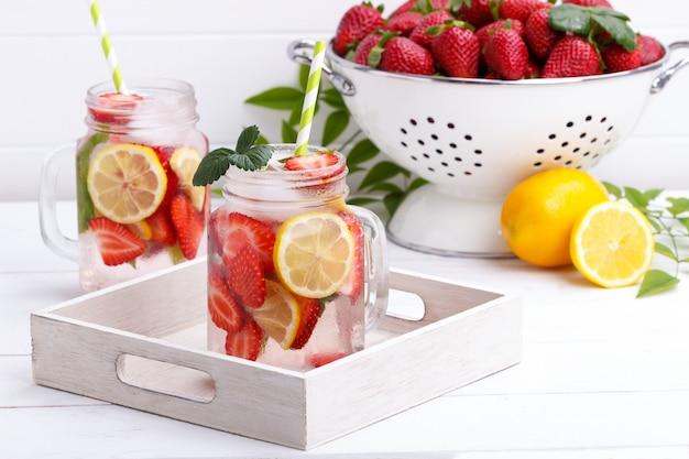 Desintoxicación de frutas infundidas en agua.
