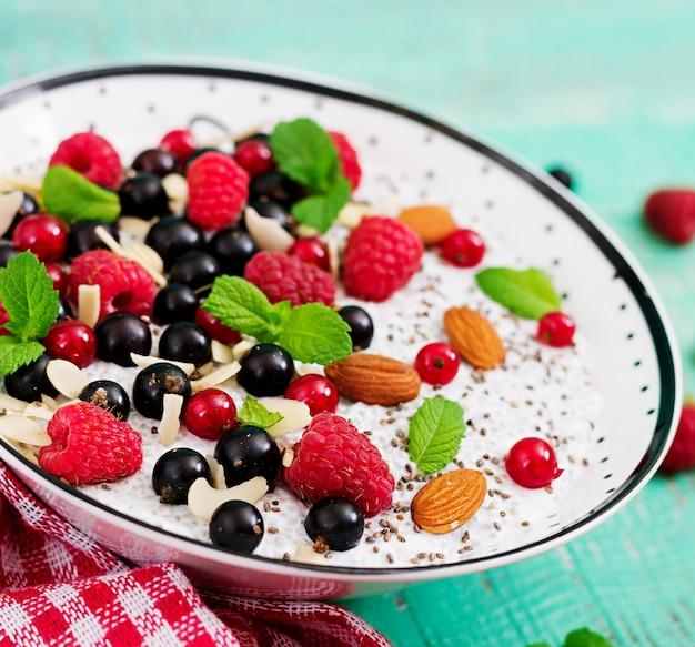 Desintoxicación y súper alimentos saludables desayuno en un tazón. pudín de semillas de chía con leche de almendras veganas con frambuesas, moras y menta.