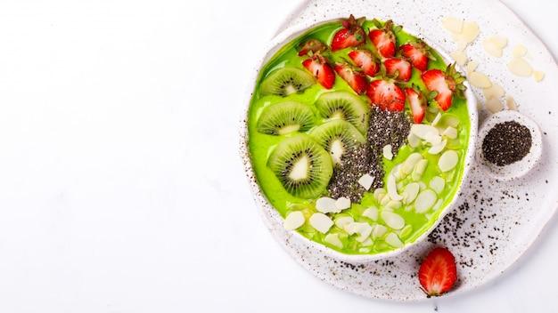 Desintoxicante smoothie verde. postre dulce de verano.