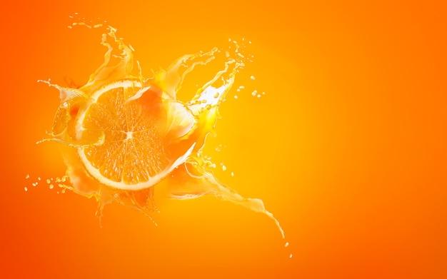 Deslice el trozo cortado de gota de naranja con jugo de naranja salpicando agua
