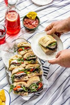 Deslizadores de mozzarella, sándwiches de picnic de verano