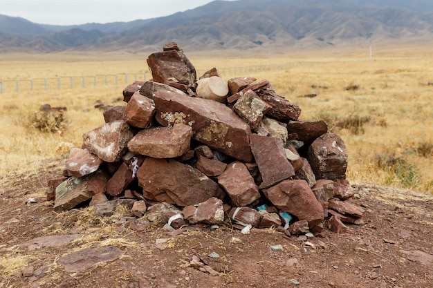 Deslizamiento de piedras rojas, ciudad arqueológica sawran, kazajstán, ciudad antigua