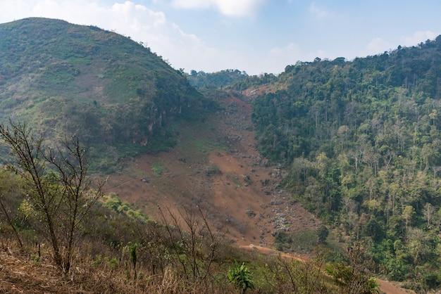Deslizamiento de tierra desde la cima de la alta montaña.