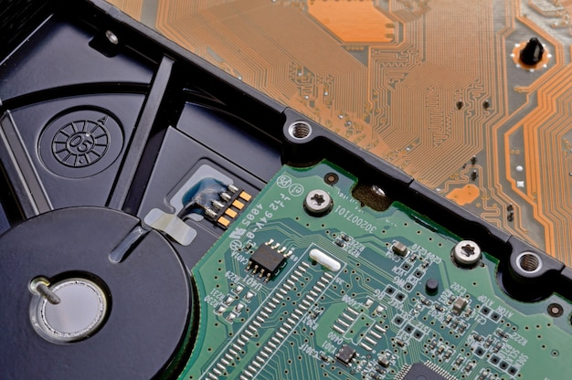 Desmontaje del disco duro con un destornillador y reparación.