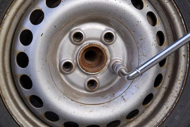 Desmontar, montar la rueda de un automóvil para reemplazar los neumáticos o reemplazar los frenos en un automóvil viejo. neumáticos de cambio automático y diagnóstico de ruedas.