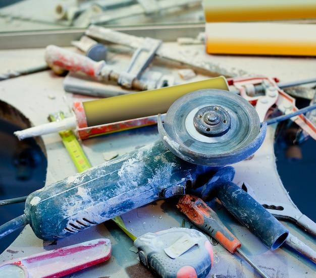 Desorden de mejoras para el hogar desordenado con herramientas espolvoreadas