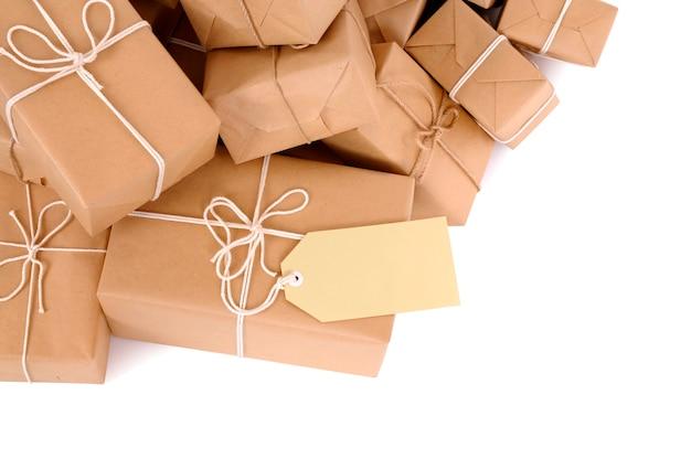 Desordenada pila de paquetes de correo con etiqueta