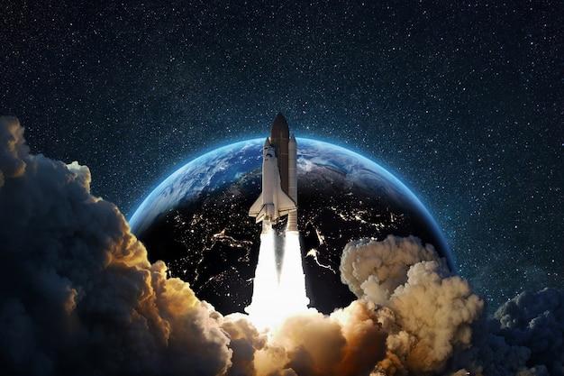 Despegue exitoso del cohete en el espacio estrellado profundo con el telón de fondo del planeta tierra azul. nave espacial en el lanzamiento desde la tierra, concepto