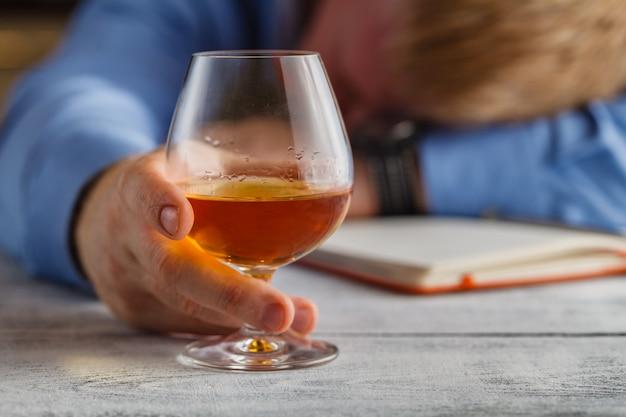 Desperdiciado en el bar después de una noche de beber