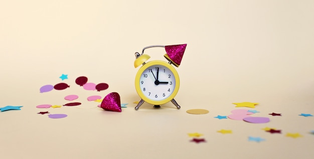 Despertador amarillo con confeti