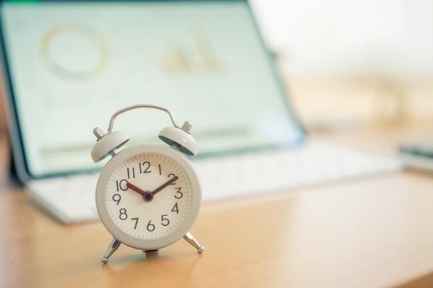 Despertador blanco vintage en un cuaderno. es hora de descansar.