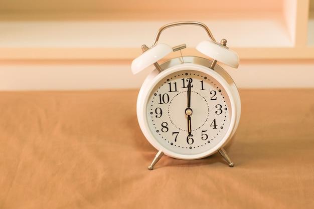 Despertador en la cama