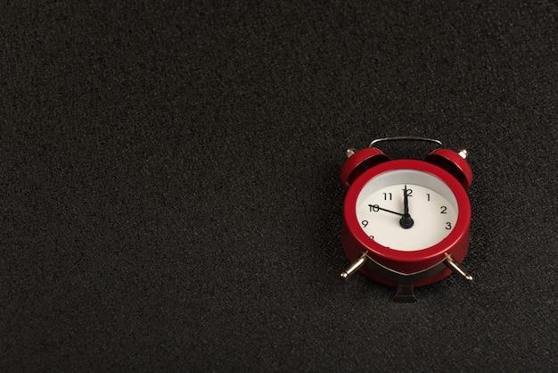 Despertador mecánico vintage en espacio negro. hora de. copia espacio