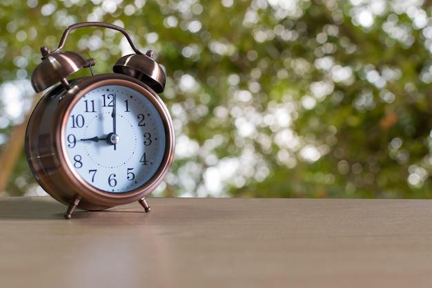 Despertador en la mesa de madera