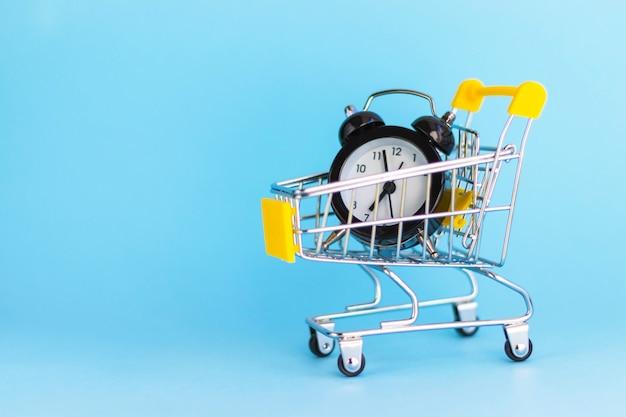 Despertador en mini carrito de compras en azul