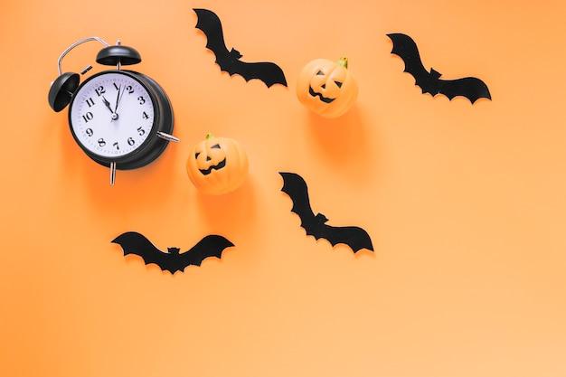 Despertador con murciélagos y calabazas de papel