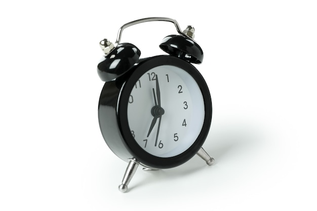 Despertador negro aislado sobre superficie blanca