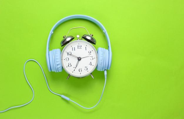 Despertador retro con auriculares con cable