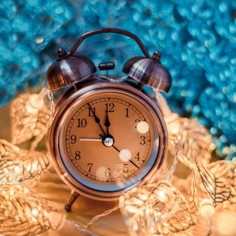 Despertador retro en luz de navidad