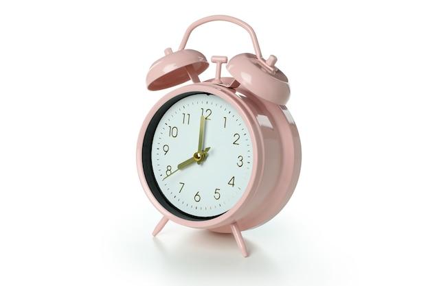 Despertador rosa aislado sobre superficie blanca