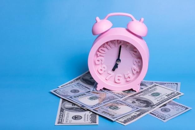 Despertador rosa, billetes en azul