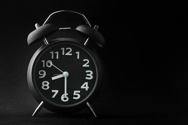 Despertador sobre fondo negro