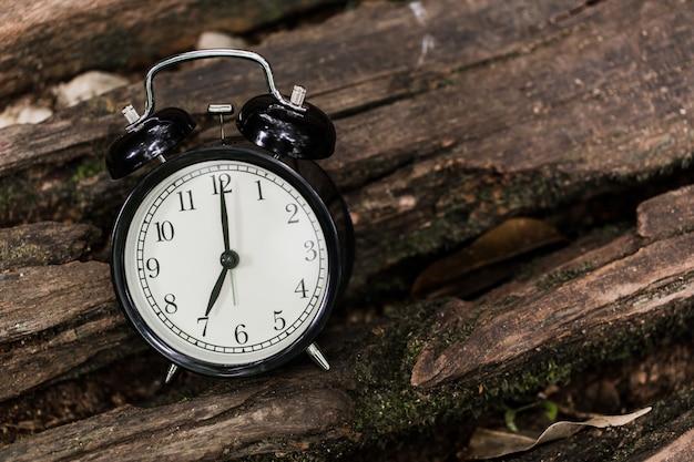 Despertador vintage cronometrado a las 7 en punto