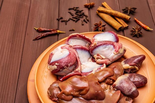 Despojos de pato crudo fresco: corazón, hígado, estómago. especias secas: canela, anís estrellado, clavo, ají.