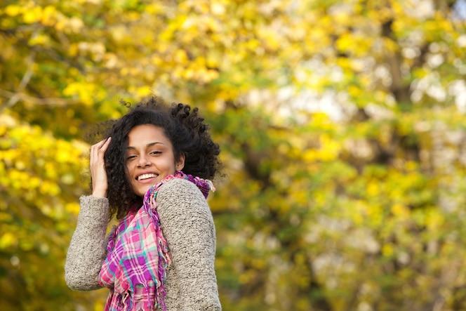 Despreocupada mujer negra sonriendo al aire libre