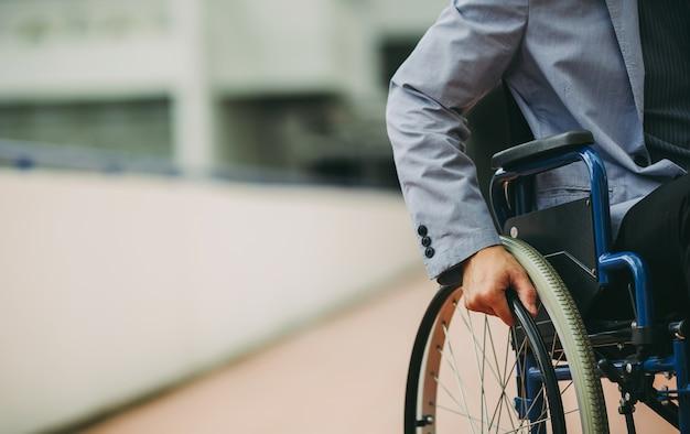 Después de la rehabilitación, las personas discapacitadas pueden usar una silla de ruedas y volver a trabajar.