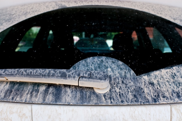 Después de una lluvia de barro, los coches aparecen sucios con una capa de suciedad.