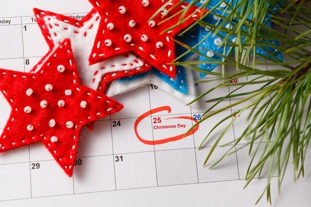 Destacando la fecha de navidad en el calendario
