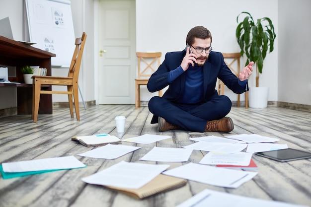 Destacó el empresario trabajando en el piso en la oficina