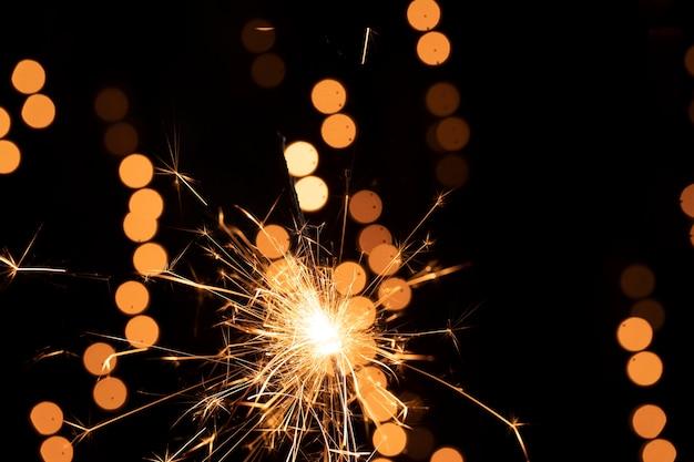 Destellos y fuegos artificiales en la noche de año nuevo
