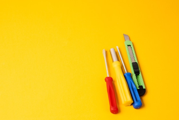 Destornilladores y herramientas de construcción aisladas en amarillo