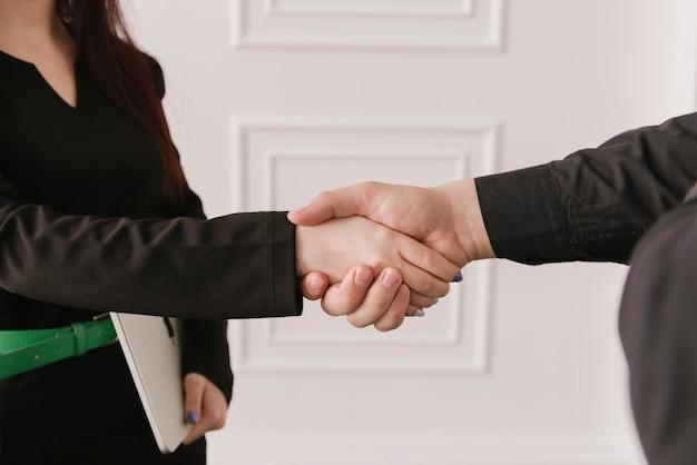 Detalle de abogada dando la mano