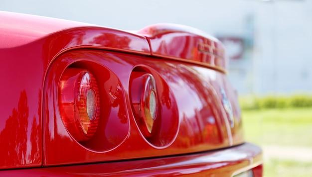 Detalle de un auto deportivo rojo