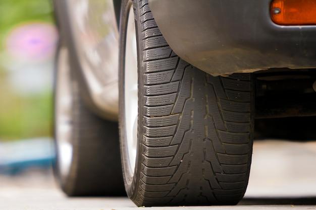 Detalle del automóvil, llantas con discos de aluminio y nuevo protector de llanta de caucho negro o