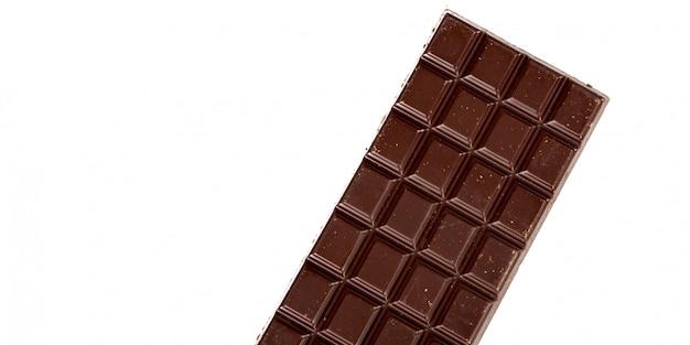 Detalle de barra de chocolate bajo fondo blanco aislado