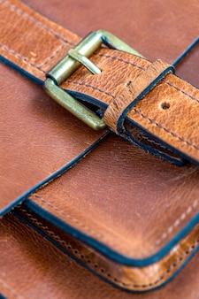 Detalle de la bolsa de cuero.