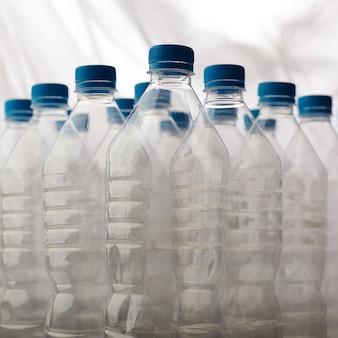 Detalle de botellas de plástico para reciclaje.